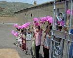 校門で日中友好訪問団を歓迎する生徒たち