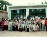 生徒、魏家溝村民、学校関係者、訪問団の写真